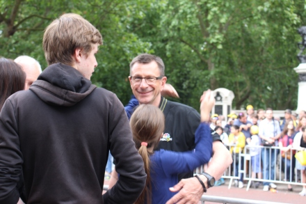 Paul Sherwen with kids in London after stage.
