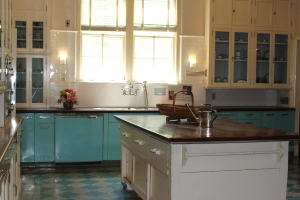Love the retro kitchen!